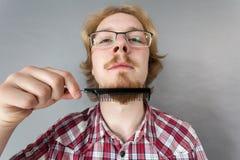 Mężczyzna czesze jego brodę zdjęcia royalty free