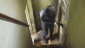 Mężczyzna czyści ściany silny brud z muśnięciem i łachmanem Pracownik myje korytarz ściany ręcznie Foremka i zdjęcie wideo
