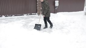 Mężczyzna czyści drogę od śniegu zbiory wideo