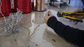 Mężczyzna czyści drut dla głośnikowej instalaci zdjęcie wideo