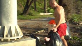 Mężczyzna czyści plażę zdjęcie wideo