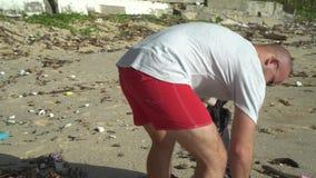 Mężczyzna czyści plażę zbiory wideo