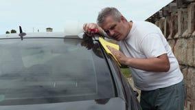 Mężczyzna czysty samochód zbiory wideo