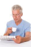 Mężczyzna czyta gazetę zdjęcia stock