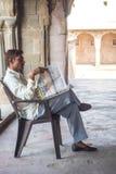 Mężczyzna czyta gazetę przy Chand Baori Stepwell w wiosce Abhaneri, Rajasthan, Jaipur, INDIA Obrazy Royalty Free