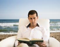 Mężczyzna czyta książkę obrazy stock
