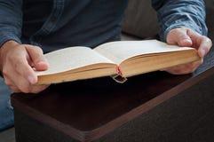 Mężczyzna czyta książkowego zbliżenie Fotografia Royalty Free