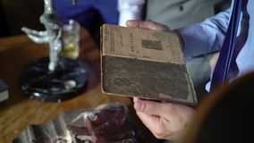 Mężczyzna czyta starą książkę zdjęcie wideo