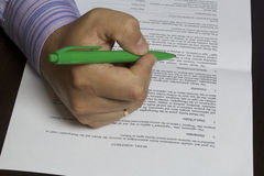 Mężczyzna czyta wzorcowego uwolnienie przed podpisywać je zdjęcie royalty free