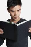 Mężczyzna czytania książka zdjęcia royalty free