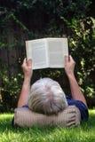 mężczyzna czytanie Zdjęcia Stock