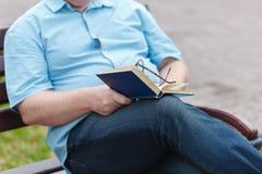 Mężczyzna czytanie Książka W Jego ręki Obraz Royalty Free