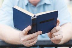 Mężczyzna czytanie Książka W Jego ręki Zdjęcia Stock