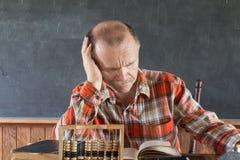 mężczyzna czytanie obsiadanie i Zdjęcia Stock