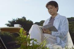 Mężczyzna czytanie w ghe ranku Fotografia Royalty Free