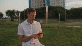 Mężczyzna czytelnicza książka w parku zbiory wideo