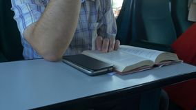 Mężczyzna Czytelnicza książka w pociągu zbiory wideo