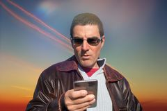 Mężczyzna Czytelnicza wiadomość Na Smartphone Obraz Stock