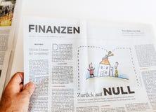 Mężczyzna czytelniczy gazetowy Die Welt o finanse Fotografia Royalty Free