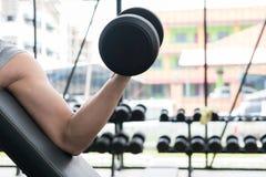mężczyzna dźwignięcia dumbbell w gym bodybuilder męski pracujący out w fitnes Fotografia Royalty Free