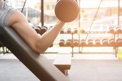 mężczyzna dźwignięcia dumbbell w gym bodybuilder męski pracujący out w fitnes Obrazy Royalty Free