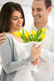 Mężczyzna daje jego dziewczynie kwiaty Zdjęcia Royalty Free