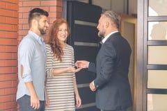 Mężczyzna daje kluczom mieszkanie Zdjęcie Royalty Free