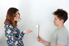 Mężczyzna daje kobiecie łamanego kwiatu obrazy royalty free