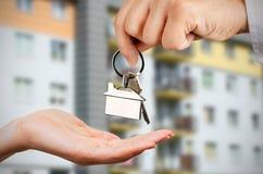 Mężczyzna daje kobiecie kluczom nowy dom Fotografia Stock