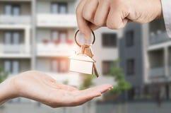 Mężczyzna daje kobiecie kluczom nowy dom Obraz Stock