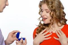 Mężczyzna daje kobiecie pierścionkowi zaręczynowy Obraz Royalty Free