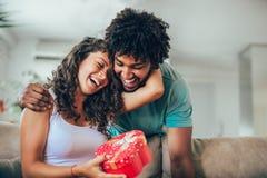 Mężczyzna daje niespodzianka prezentowi kobieta zdjęcia stock
