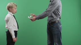 Mężczyzna daje pieniądze dziecko zbiory wideo