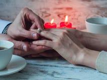 Mężczyzna daje pierścionkowi zaręczynowemu jego dziewczyna ja wesoło z bliska obraz royalty free