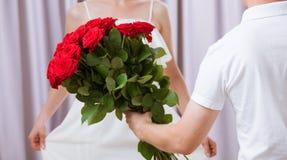 Mężczyzna daje róże młoda kobieta Obraz Stock