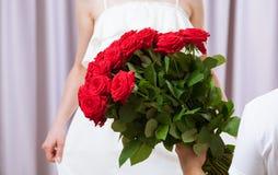 Mężczyzna daje róże młoda kobieta Zdjęcia Royalty Free