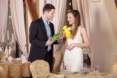 Mężczyzna daje tulipanom jego girfriend Zdjęcie Royalty Free