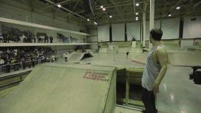 Mężczyzna daje wywiadowi na rywalizaci w skatepark Rolkowa łyżwiarki jazda trampolina ekstremum ludzie zdjęcie wideo