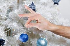 Mężczyzna dekoruje choinki zdjęcie royalty free