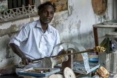 Mężczyzna demonstruje dlaczego polerować gemstones przy fortu Galle muzeum przy Galle, Sri Lanka Zdjęcia Stock