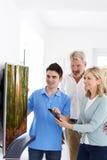 Mężczyzna Demonstruje Nową telewizję Dorośleć pary W Domu Zdjęcia Royalty Free