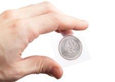 Mężczyzna demonstruje nowego rosjanina 25 rubli monet Zdjęcie Stock
