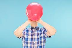 Mężczyzna dmuchanie w górę balonu - Fotografia Royalty Free