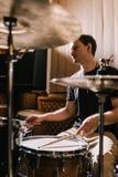 Mężczyzna dobosz bawić się bębeny w studiu nagrań Zdjęcie Stock