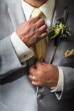 Mężczyzna dociska krawat Fotografia Royalty Free