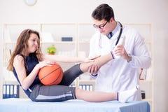 Mężczyzna doktorska bierze opieka sporta uraz zdjęcie royalty free
