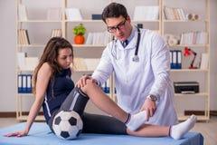 Mężczyzna doktorska bierze opieka sporta uraz fotografia royalty free