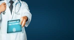 Mężczyzna Doktorska Używa pastylka, Cierpliwa zgoda Opieki zdrowotnej i medycyny pojęcie Zdjęcia Royalty Free