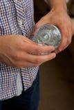 Mężczyzna dolewania ciecz Zdjęcia Stock