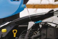 Mężczyzna dolewania zimy przedniej szyby płuczki samochodowy fluid fotografia royalty free